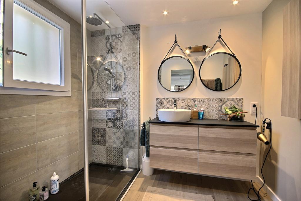 Rénovation salle de bains avec douche italienne réalisé par Avéo